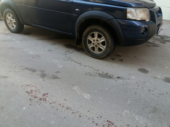 Tragovi krvi vode do džipa koji se nalazi ispred zgrade