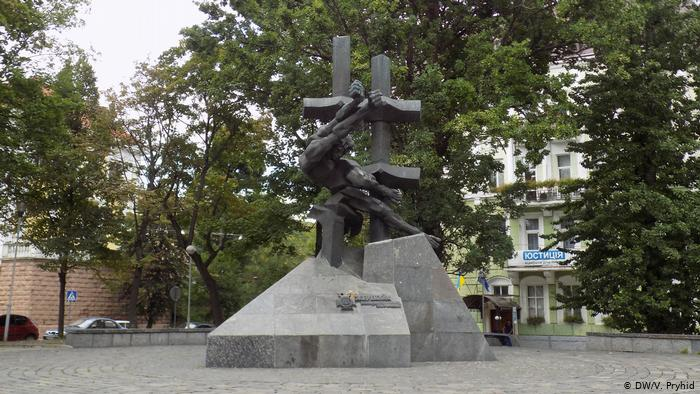 Украина: памятник у Тюрьмы на Лонцкого