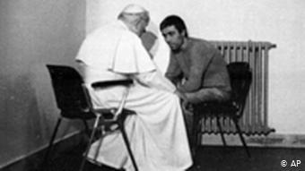 Папа Римский Иоанн Павел II в декабре 1983 года посетил в тюрьме Мехмета Али Агджу, совершившего на него покушение